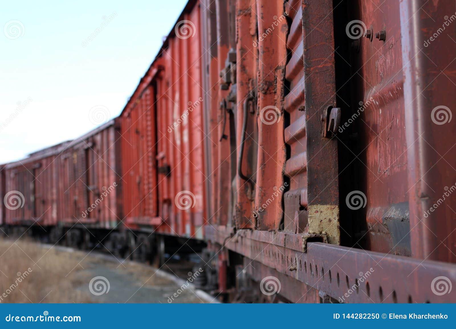 Starzy ośniedziali pociągów towarowych stojaki na poręczach