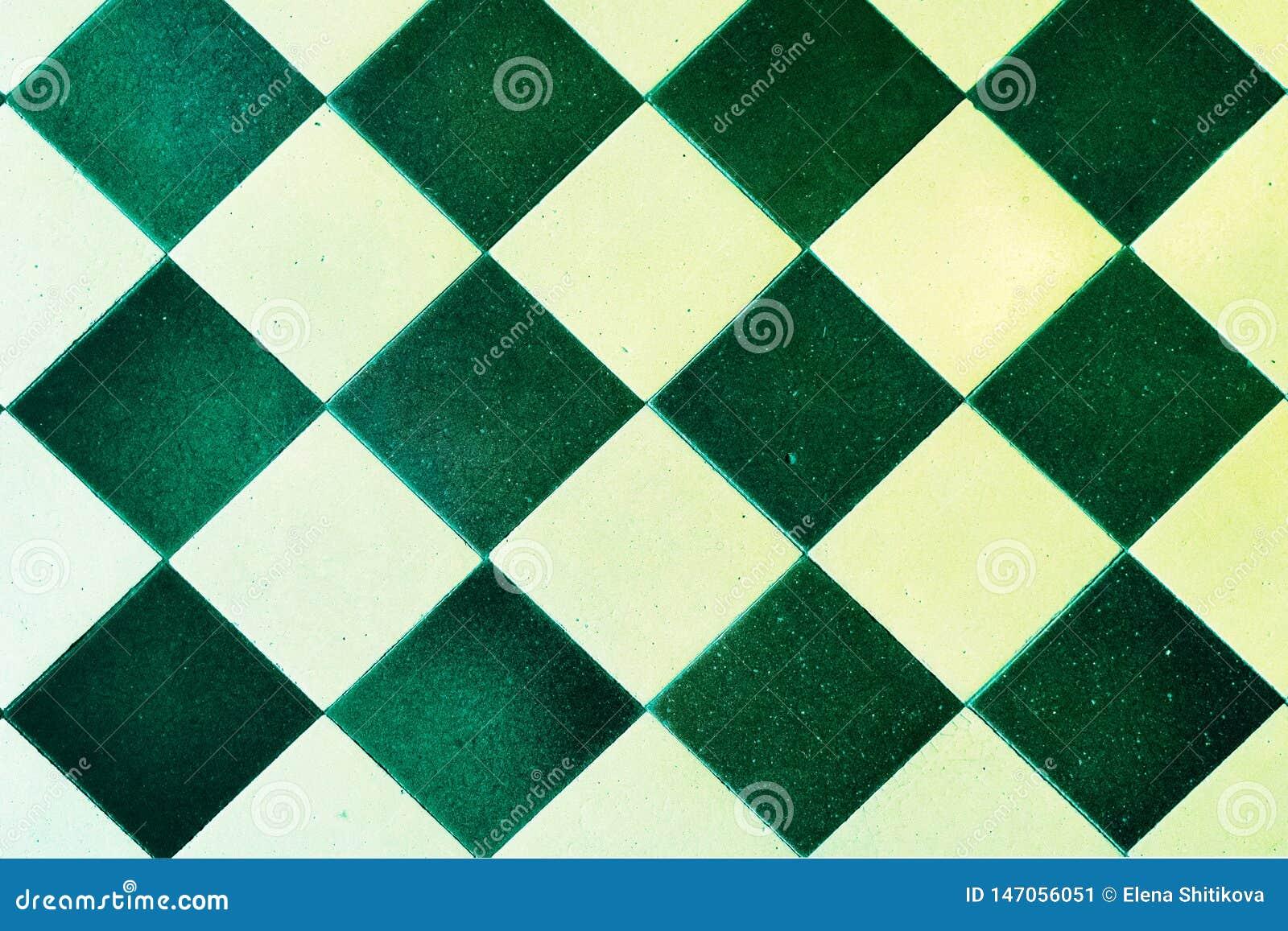 Starzy podłogowych płytek, zieleni i białych kwadraty,