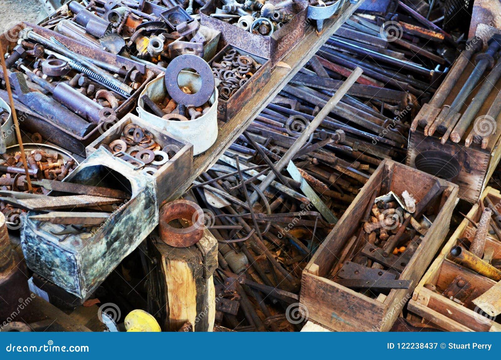 Starzy rdzewiejący narzędzia i skowy