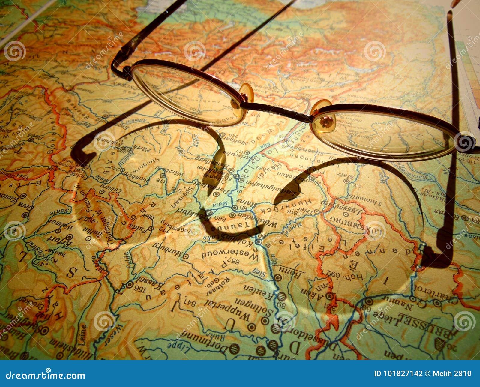 Starzy round roczników szkła kłaść na mapie Europa z ciężkim cieniem