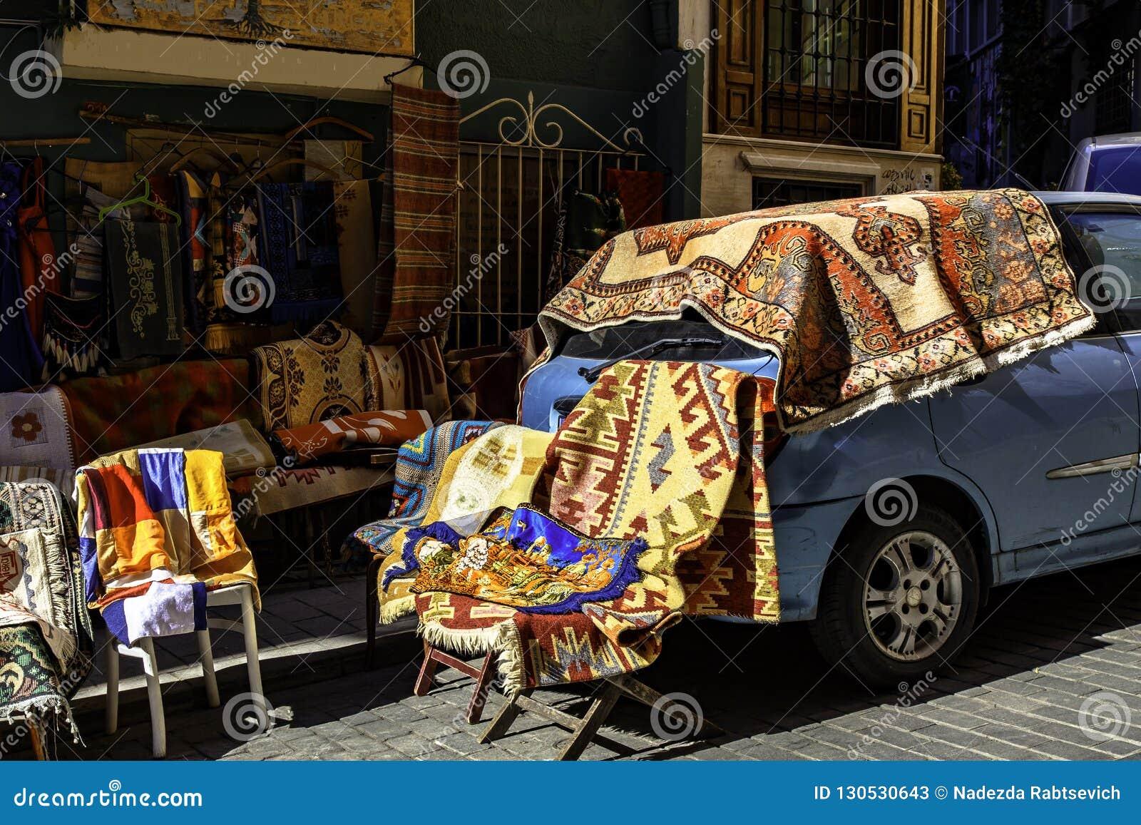Starzy Tureccy dywaniki i dywany dla sprzedaży, rocznika sklep w Cukur Cuma Caddesi okręgu, Istanbuł