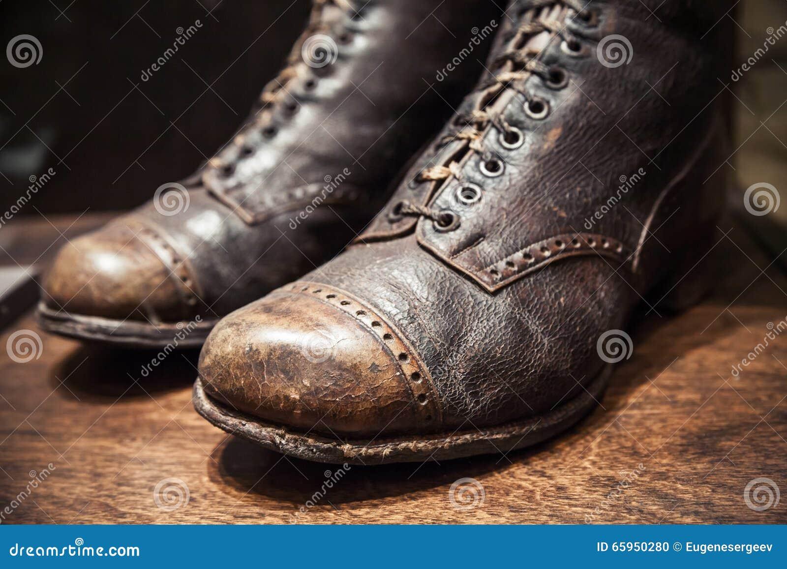 Starzy używać buty robić prawdziwa skóra, zamykają w górę fotografii