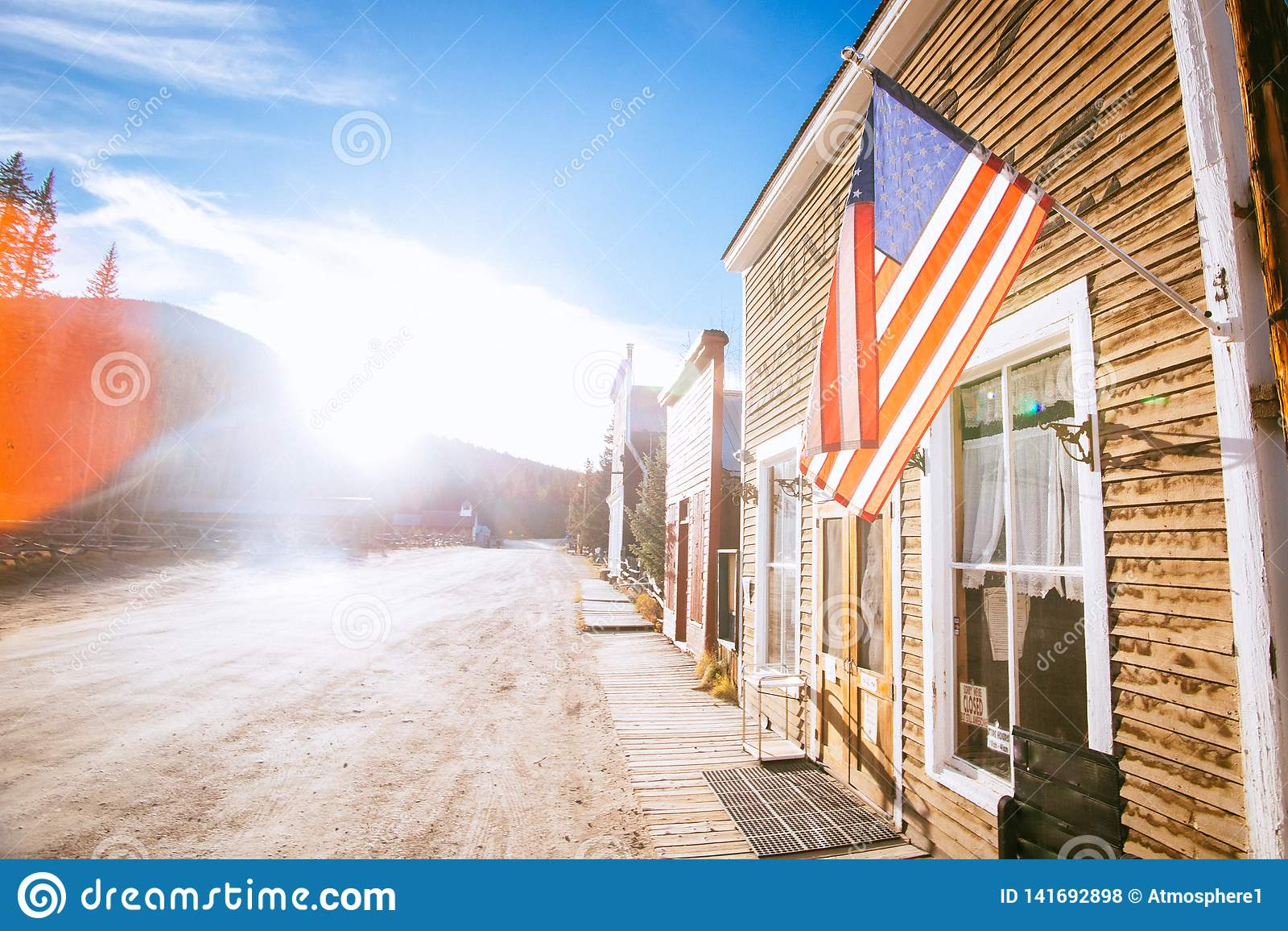 Starzy Zachodni Drewniani budynki z flagą zlany twierdzą, w St Elmo kopalni złotej miasto widmo w Kolorado, usa