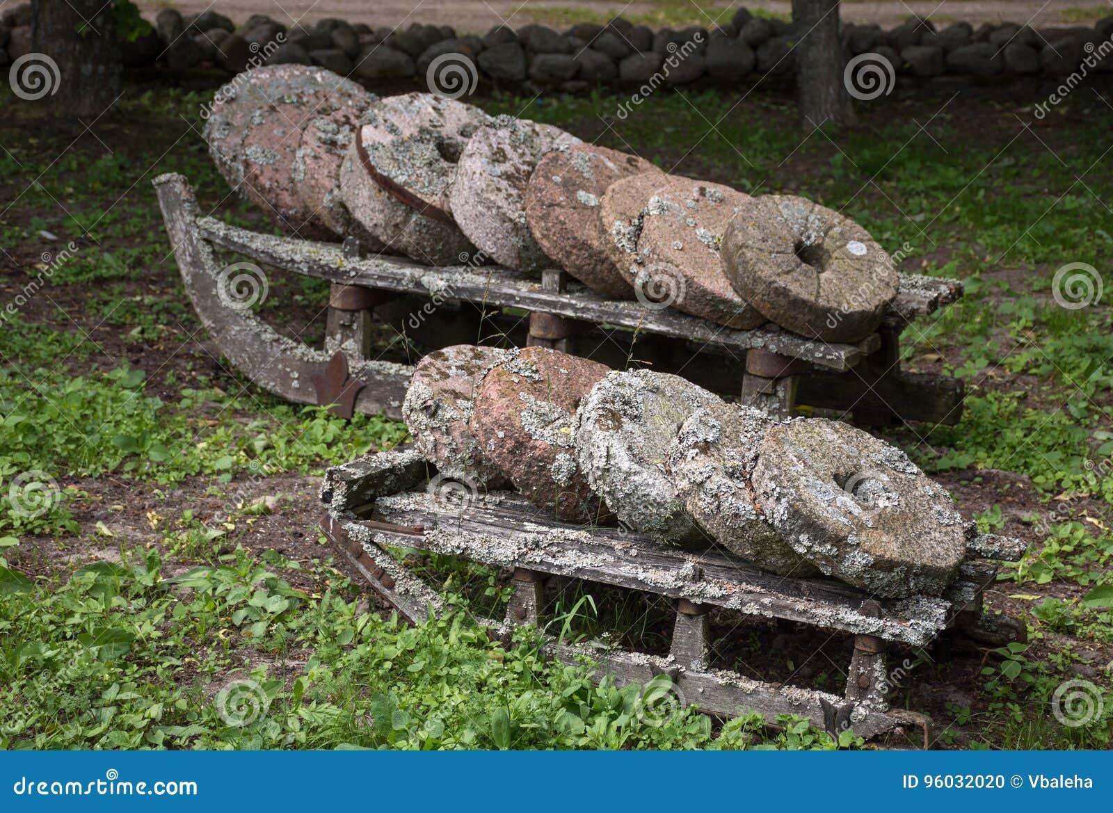 Starzy zakrywający kamienni millstones