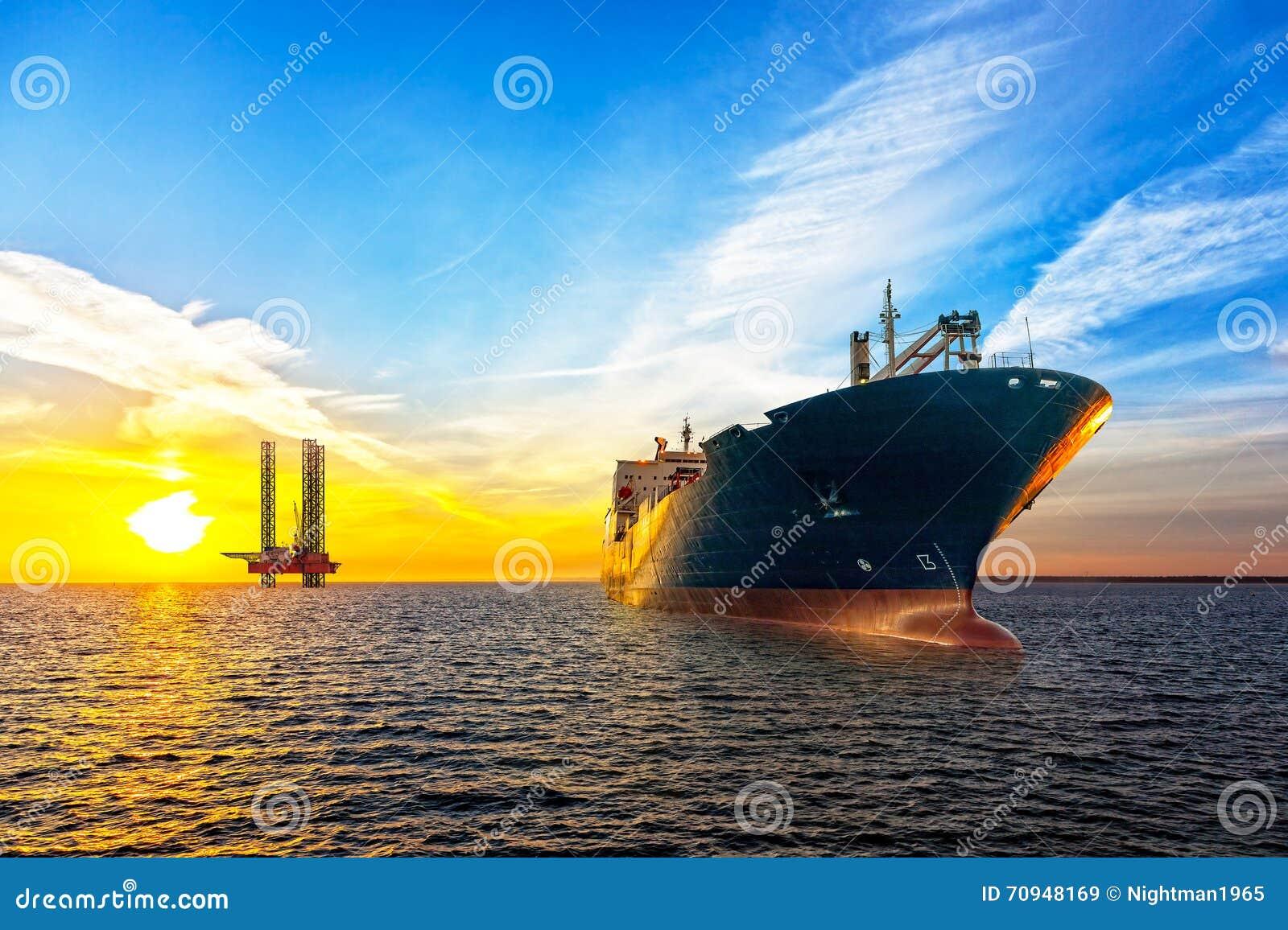 Statek i platforma wiertnicza
