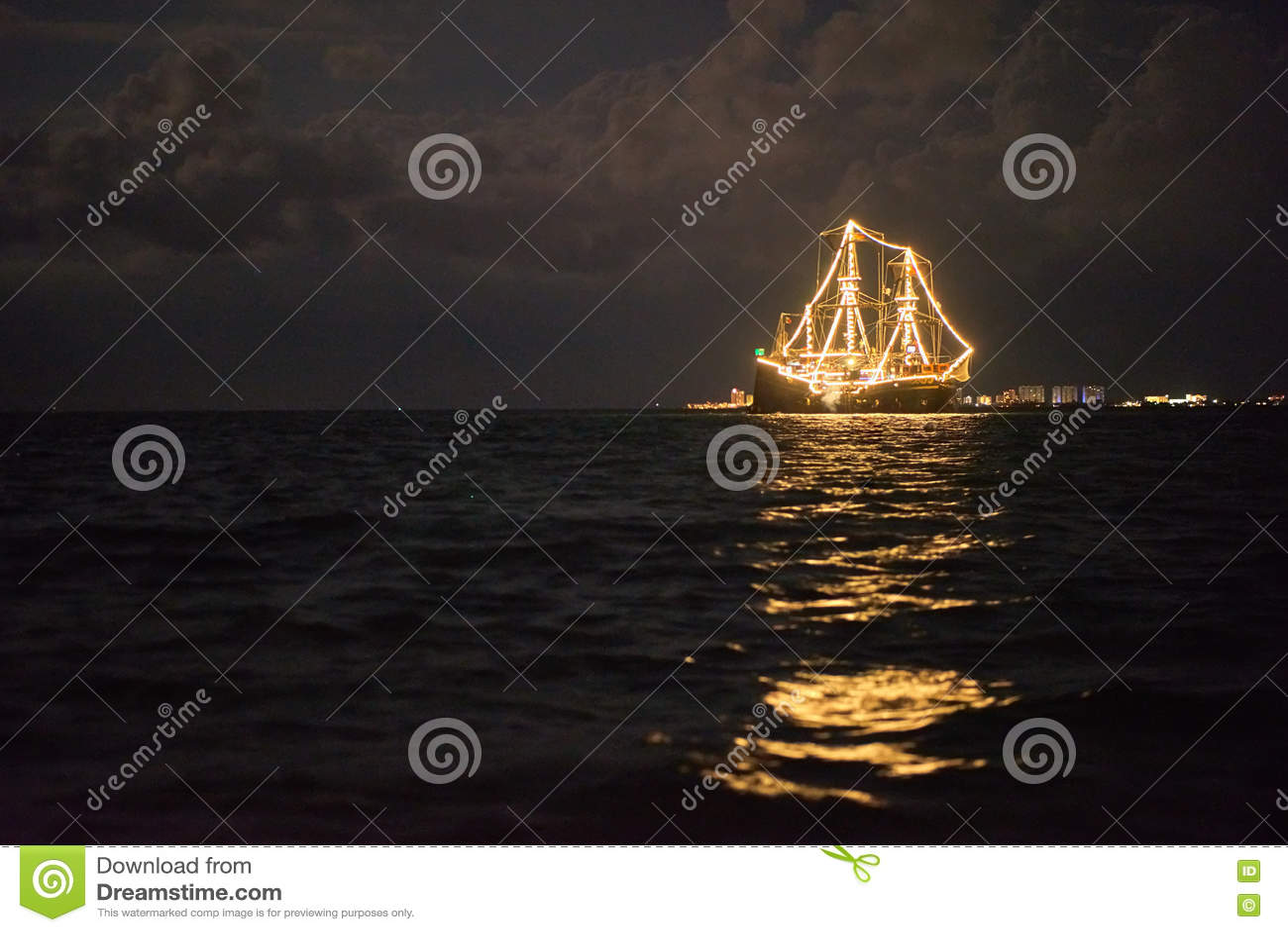 Statek jarzy się w morzu