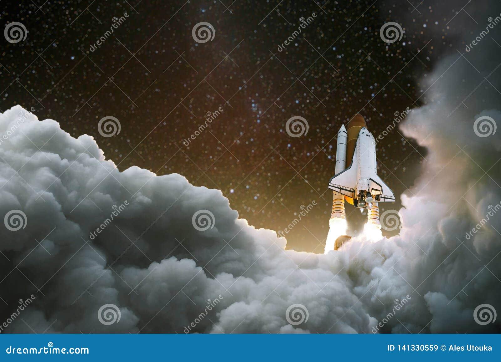 Statek kosmiczny bierze daleko w przestrzeń Początek podróż Eksploracja przestrzeni kosmicznej Rakieta z dymem na gwiaździstym ni