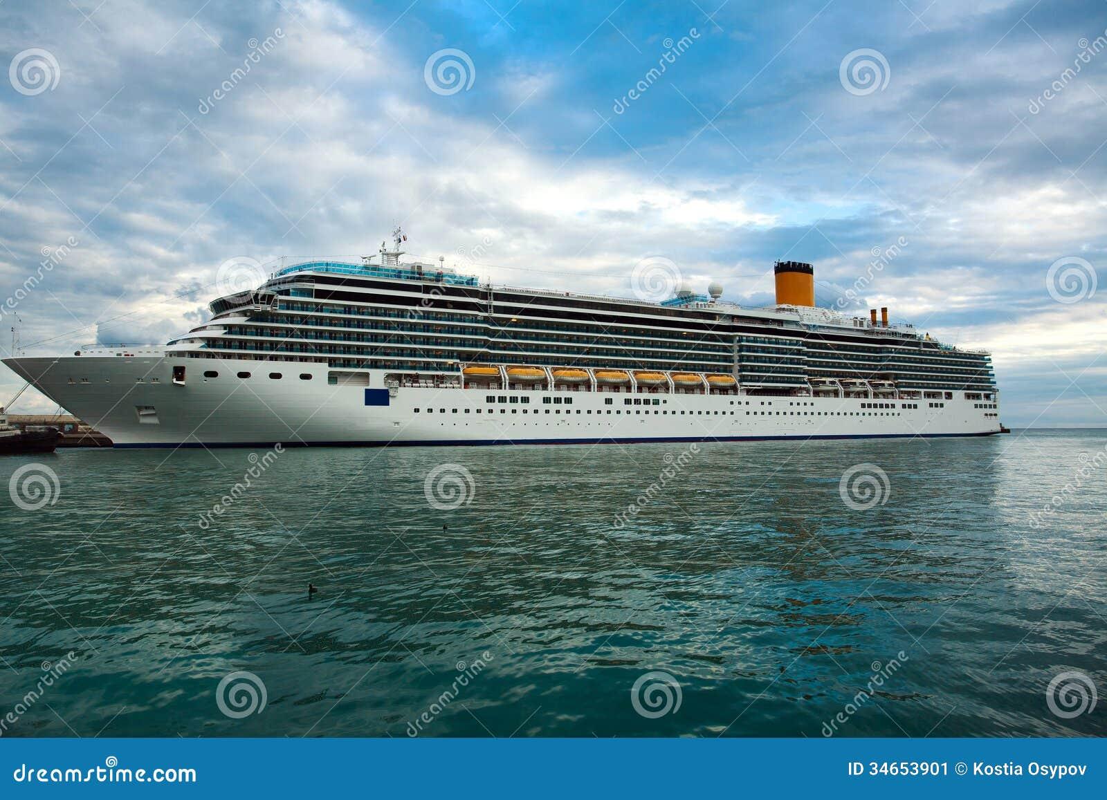 Statek wycieczkowy w morzu na tle niebieskie niebo