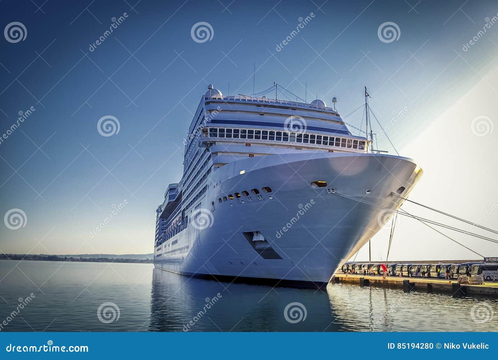 Statek wycieczkowy w porcie