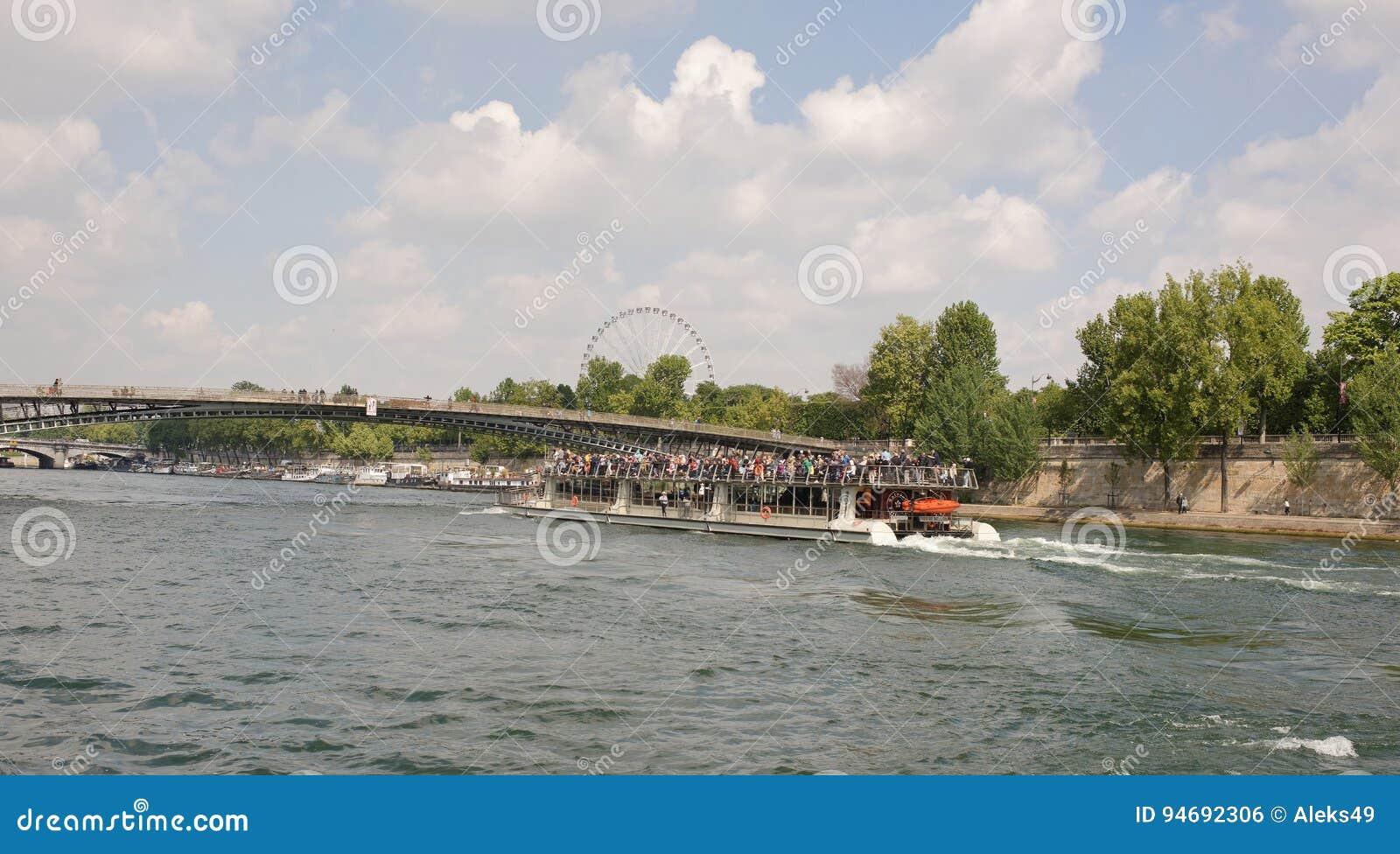 Statek z turystami na pokładzie żeglujący pod bridżowym Leopold Sed