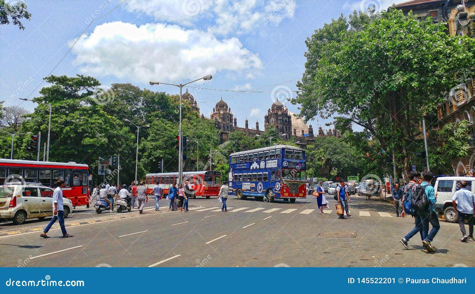 Station de porte d église dans la ville Inde de Mumbai avec le croisement d autobus et de personnes