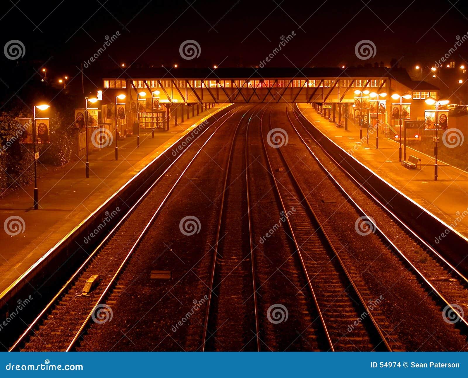 Download Station de train de nuit photo stock. Image du course, train - 54974