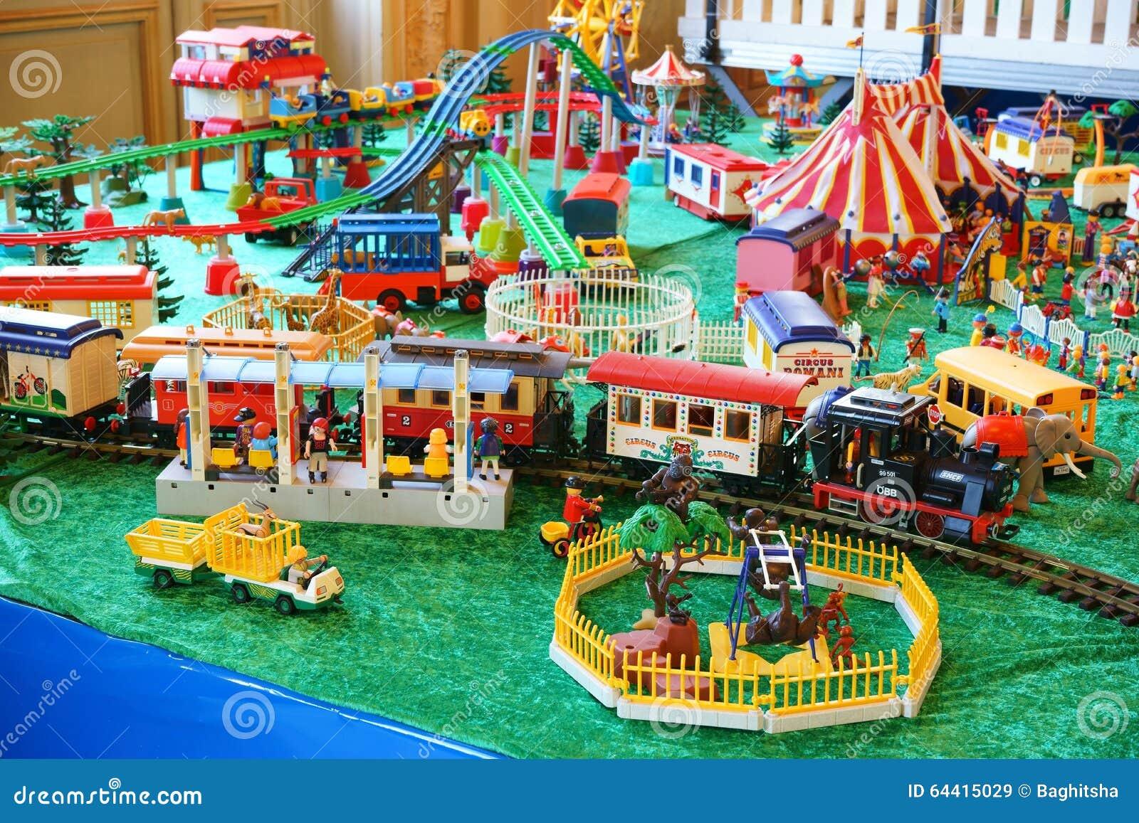 Zoo de Playmobil, station de train, cirque, montagnes russes exposées ...