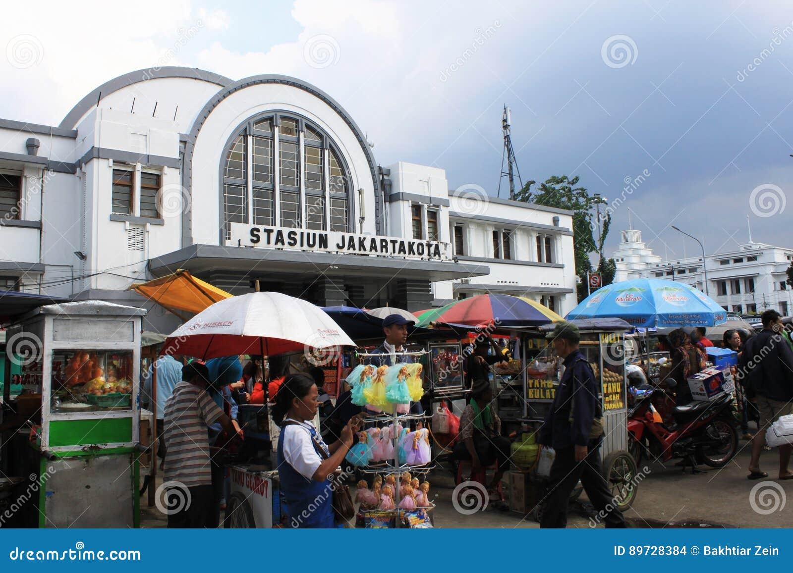 Station för drev för Stasiun kota gammal i Jakarta Indonesien holländsk kolonial byggnad med den främsta gatuförsäljaren