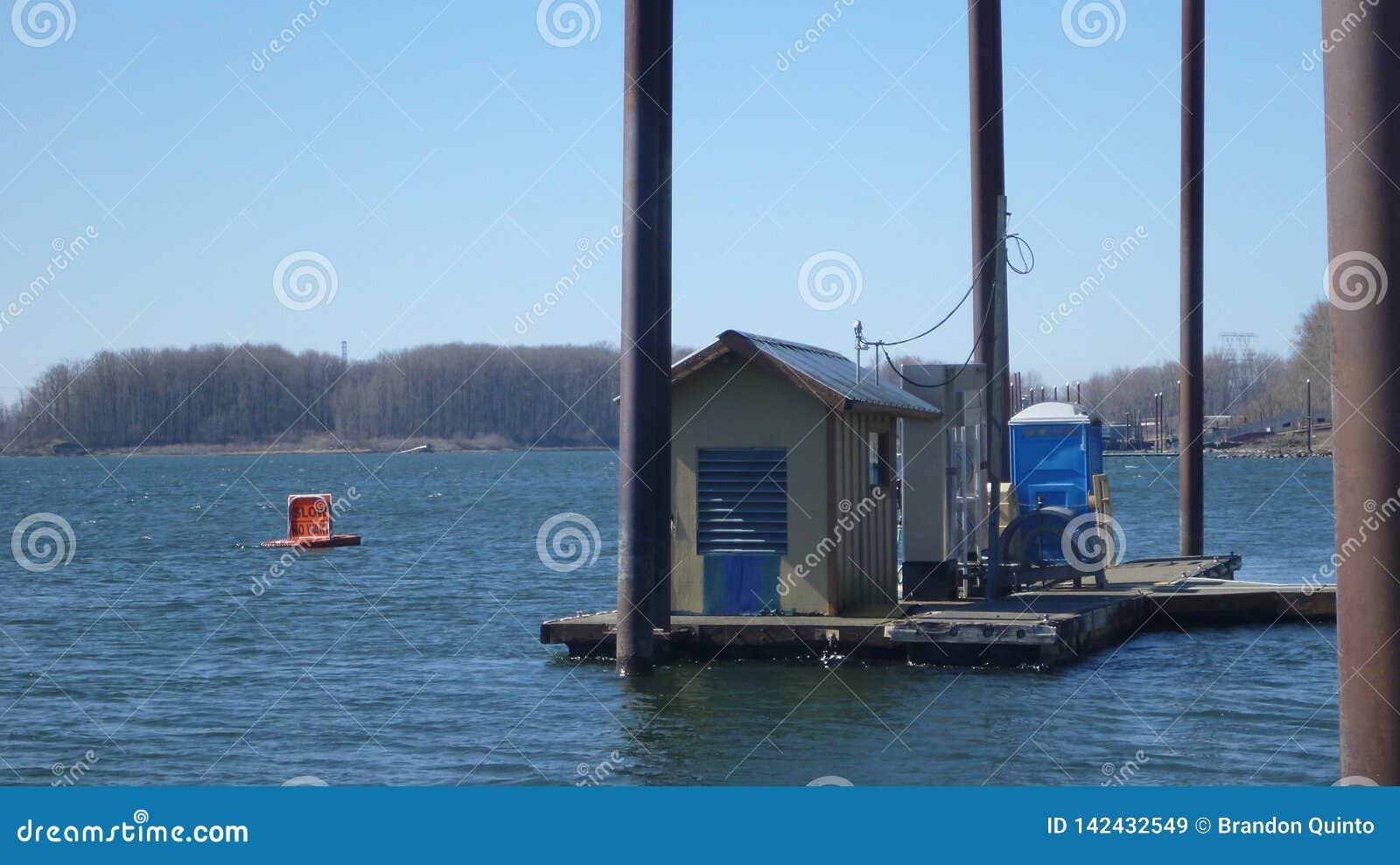 Station service de ravitaillement de bateau flottant sur le dock de l eau
