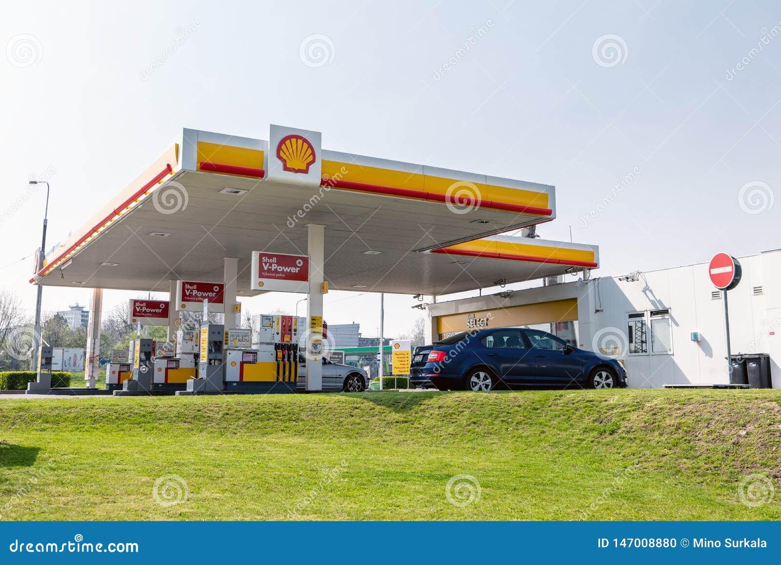 Station service de Shell avec la voiture de Skoda Octavia avec l abondance de différents carburants offerts