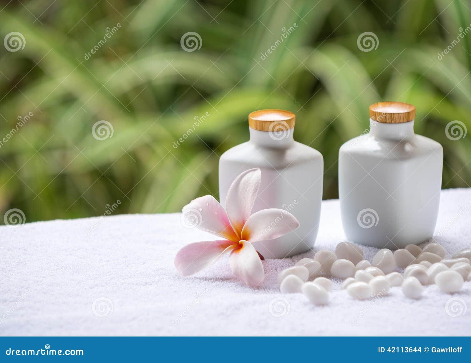 Station thermale et arrangement de bien-être avec du savon, les pierres et la serviette naturels sur le fond vert