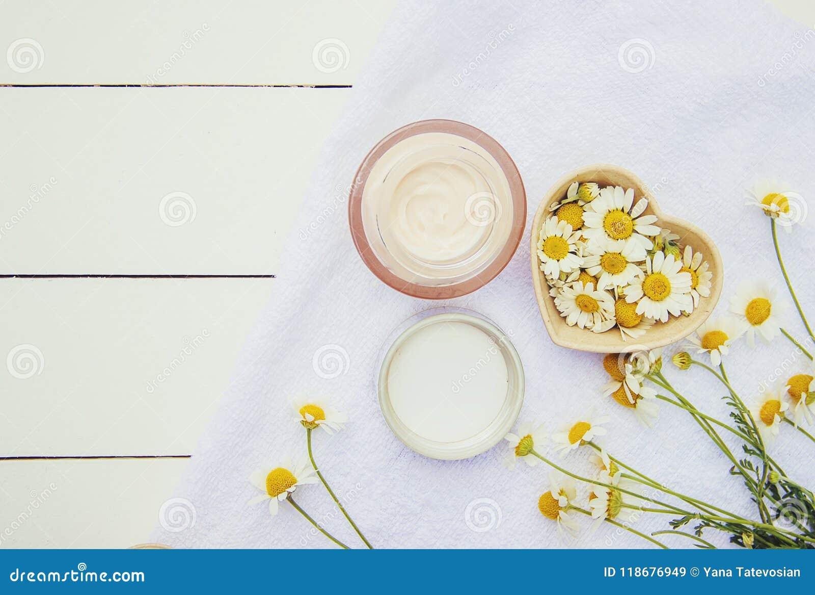 Station thermale et crème avec l extrait de camomille