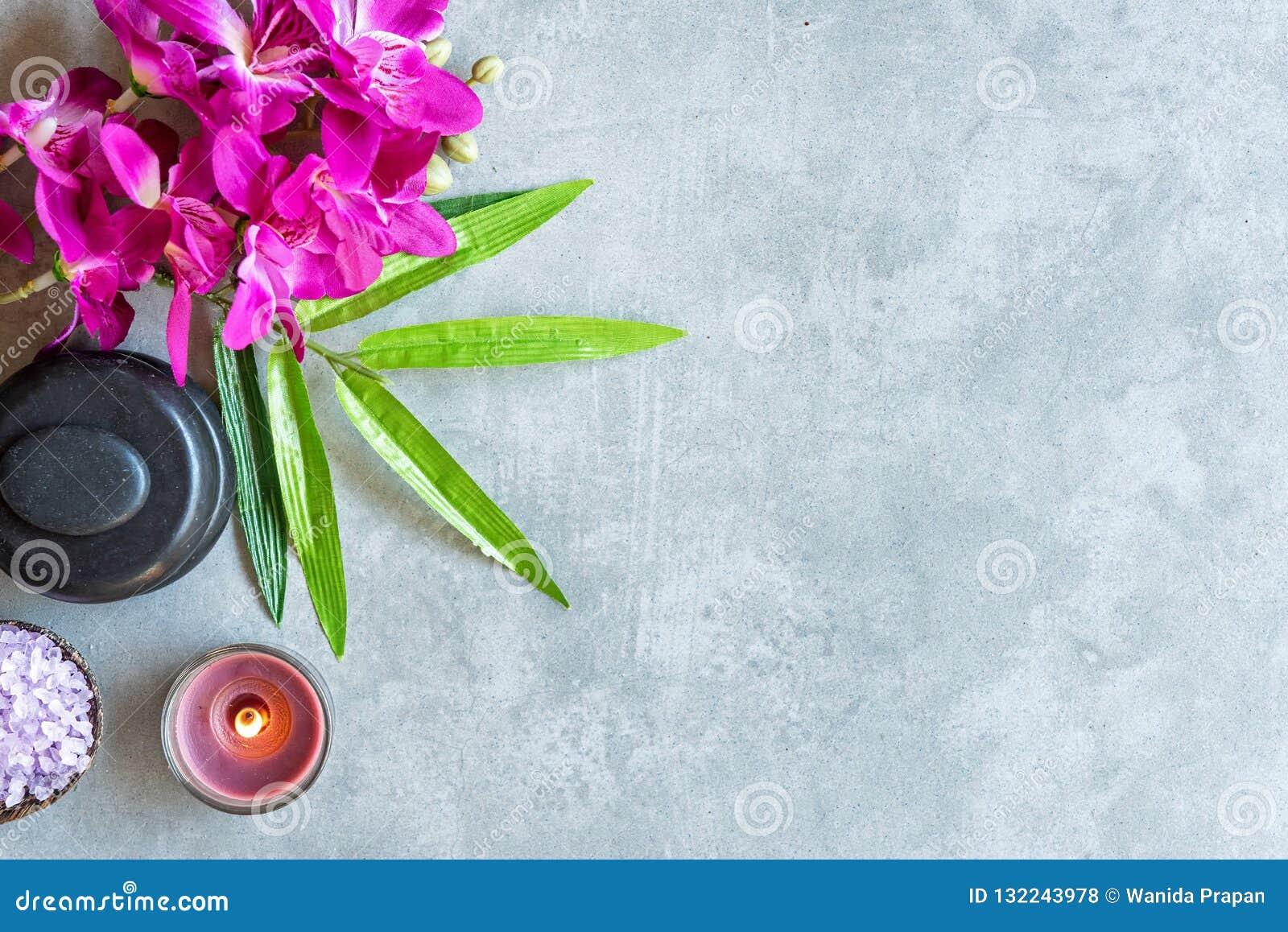 STATION THERMALE thaïe Vue supérieure des pierres chaudes plaçant pour le traitement de massage et détendre avec l orchidée pourp