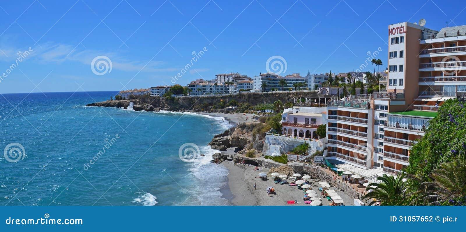 Station touristique Nerja de bord de la mer en Espagne, panorama