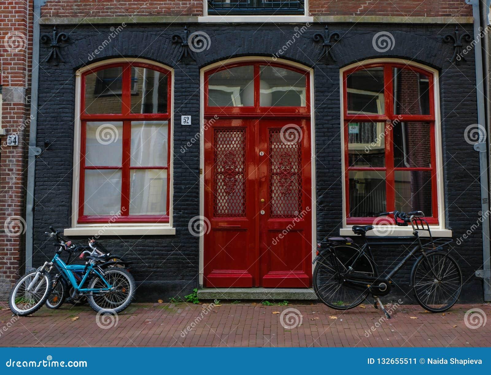 Stationnement de bicyclette à côté de centre de la ville d Amsterdam