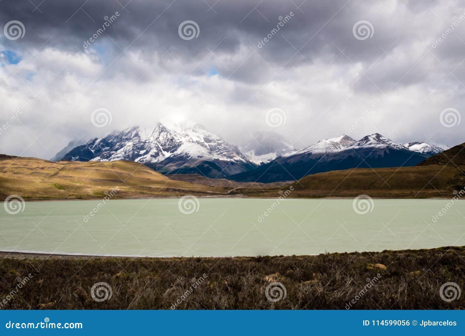 Stationnement national de Torres del Paine, Patagonia, Chili Le lac Pehoe et Majestic Cuernos del Paine turquoise