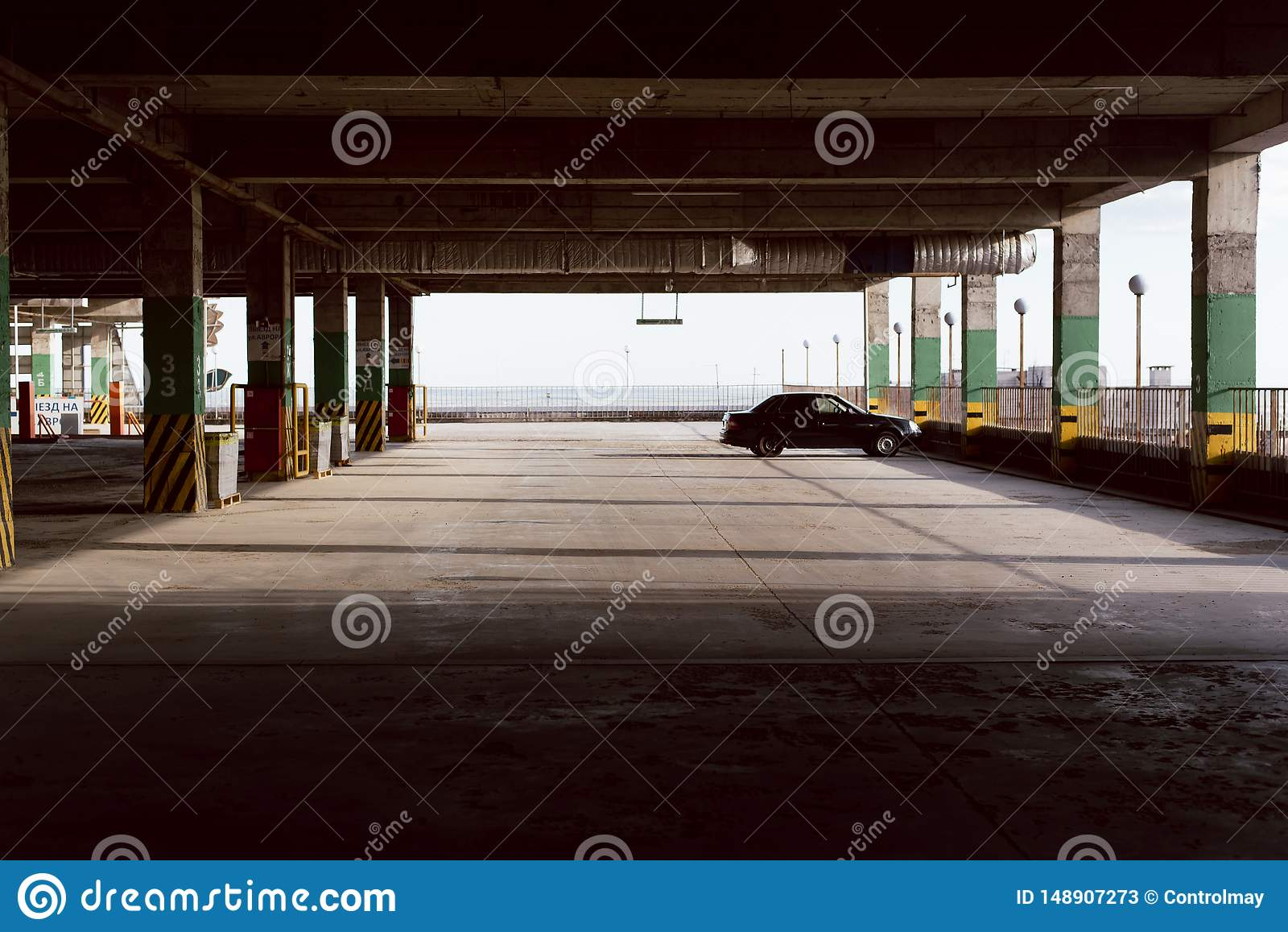 Stationnement vide Une voiture dans le parking