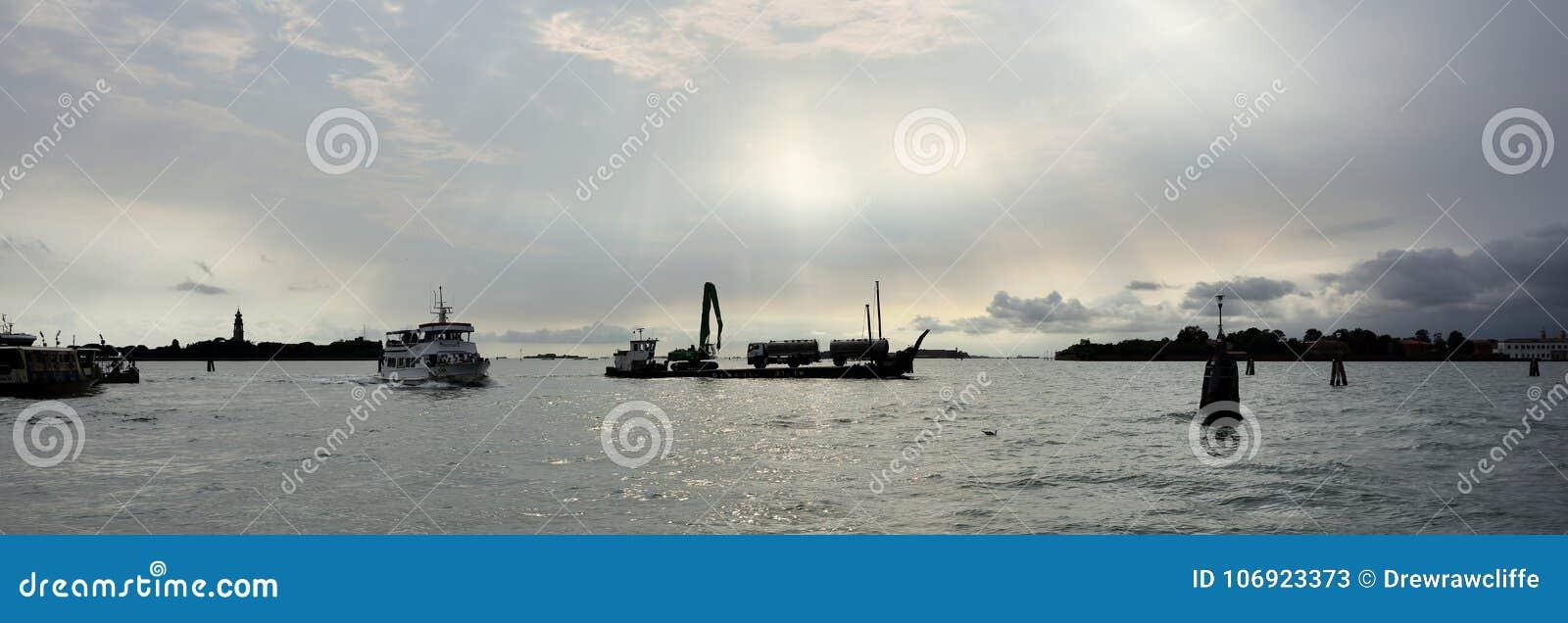 Statki i wieczór światło w Wenecja