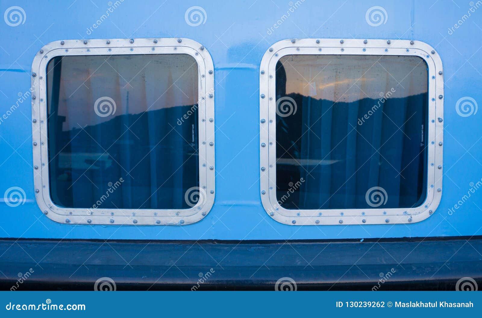 2 statku jasny okno z prostokąta kształta odbiciem i błękit ściana barwimy