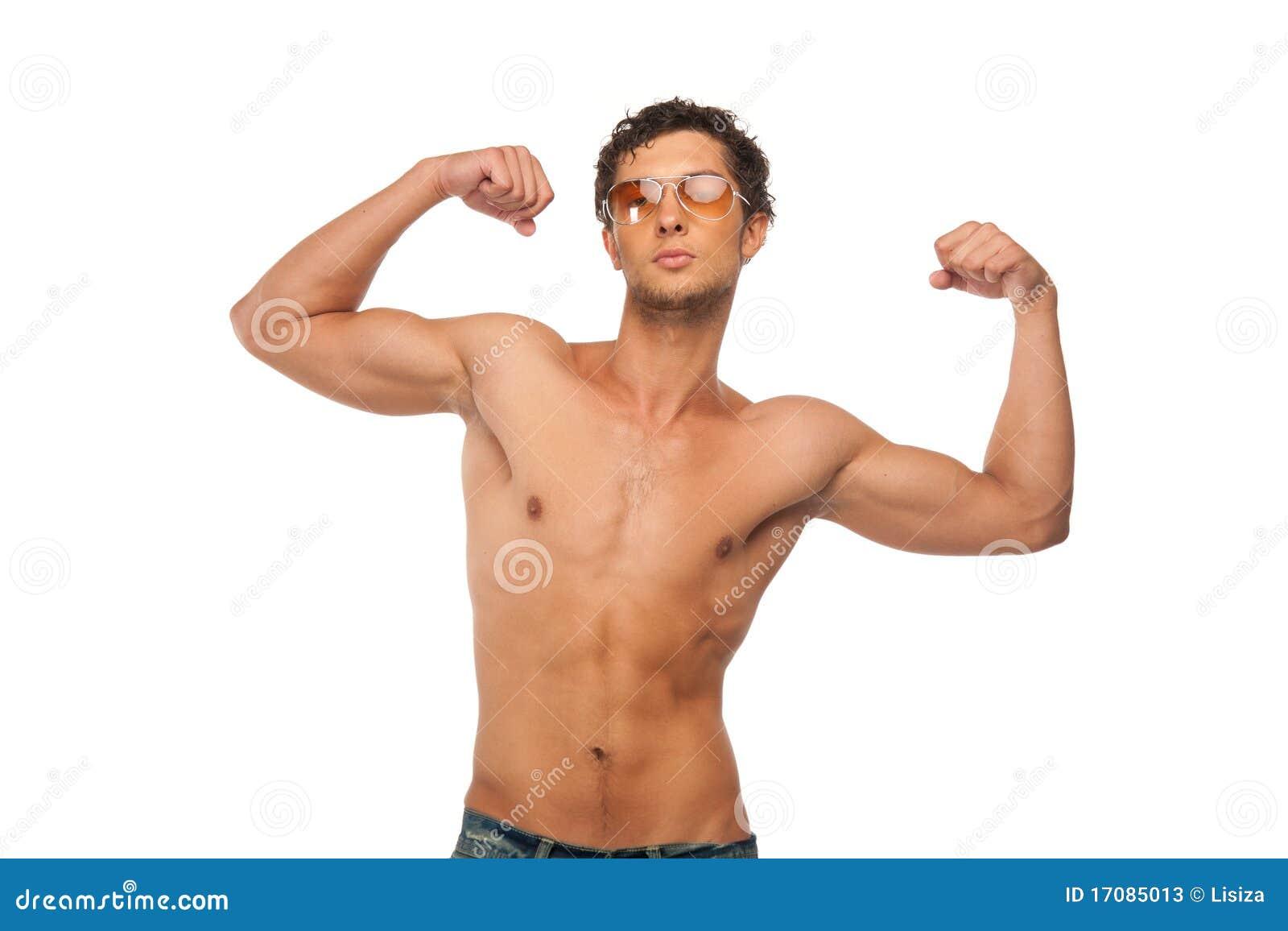Stattlicher athletischer Mann, der die Muskeln getrennt zeigt