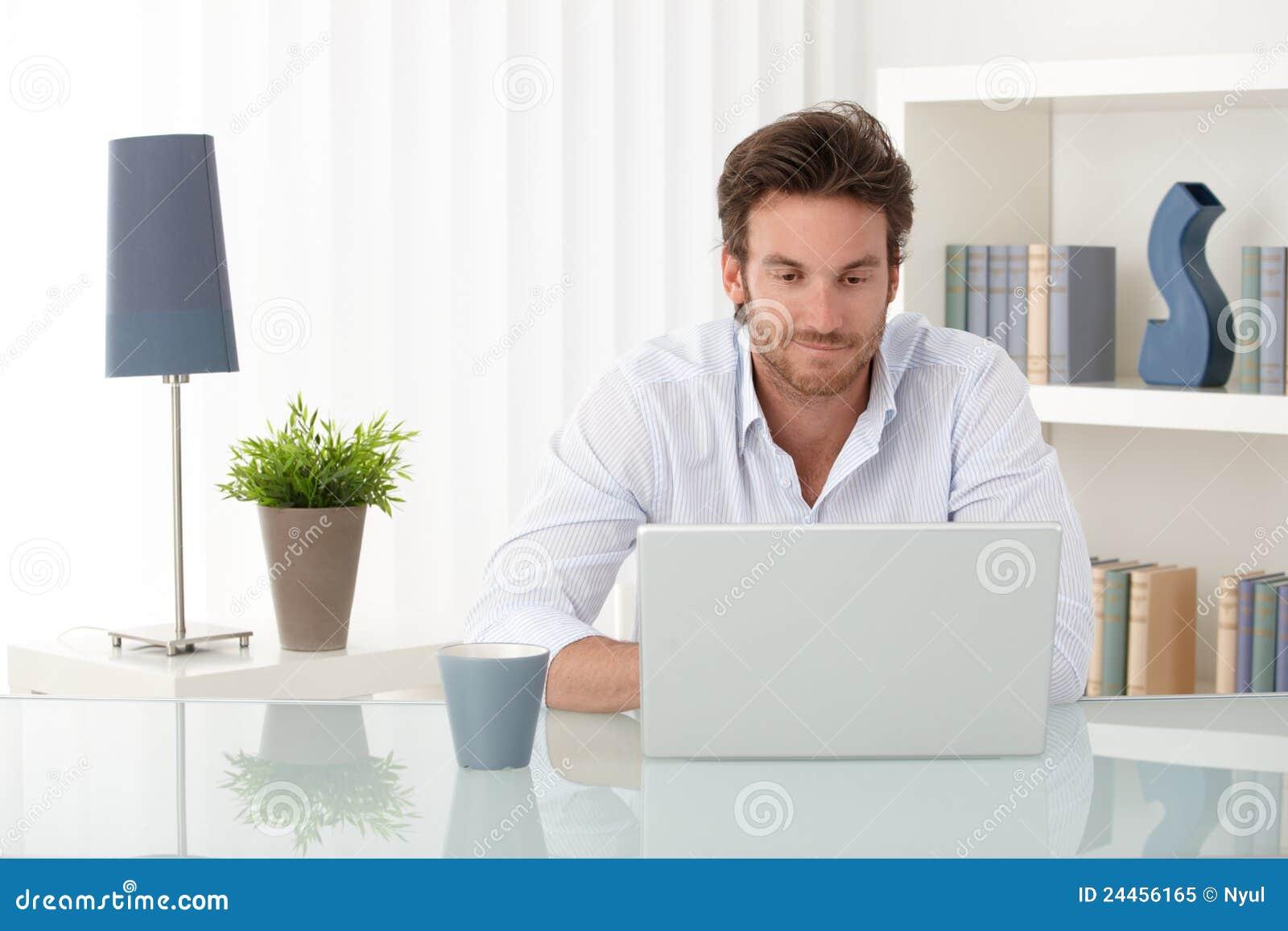 Stattlicher Mann Mit Computer Zu Hause Lizenzfreies ...