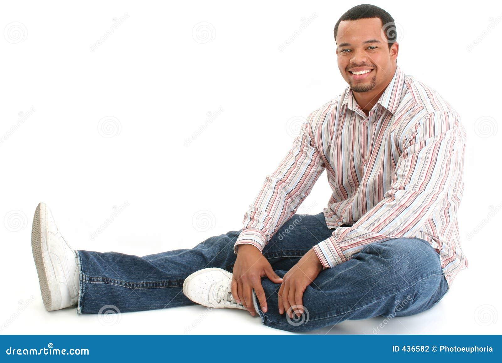 Stattliches männliches Sitzen auf Fußboden