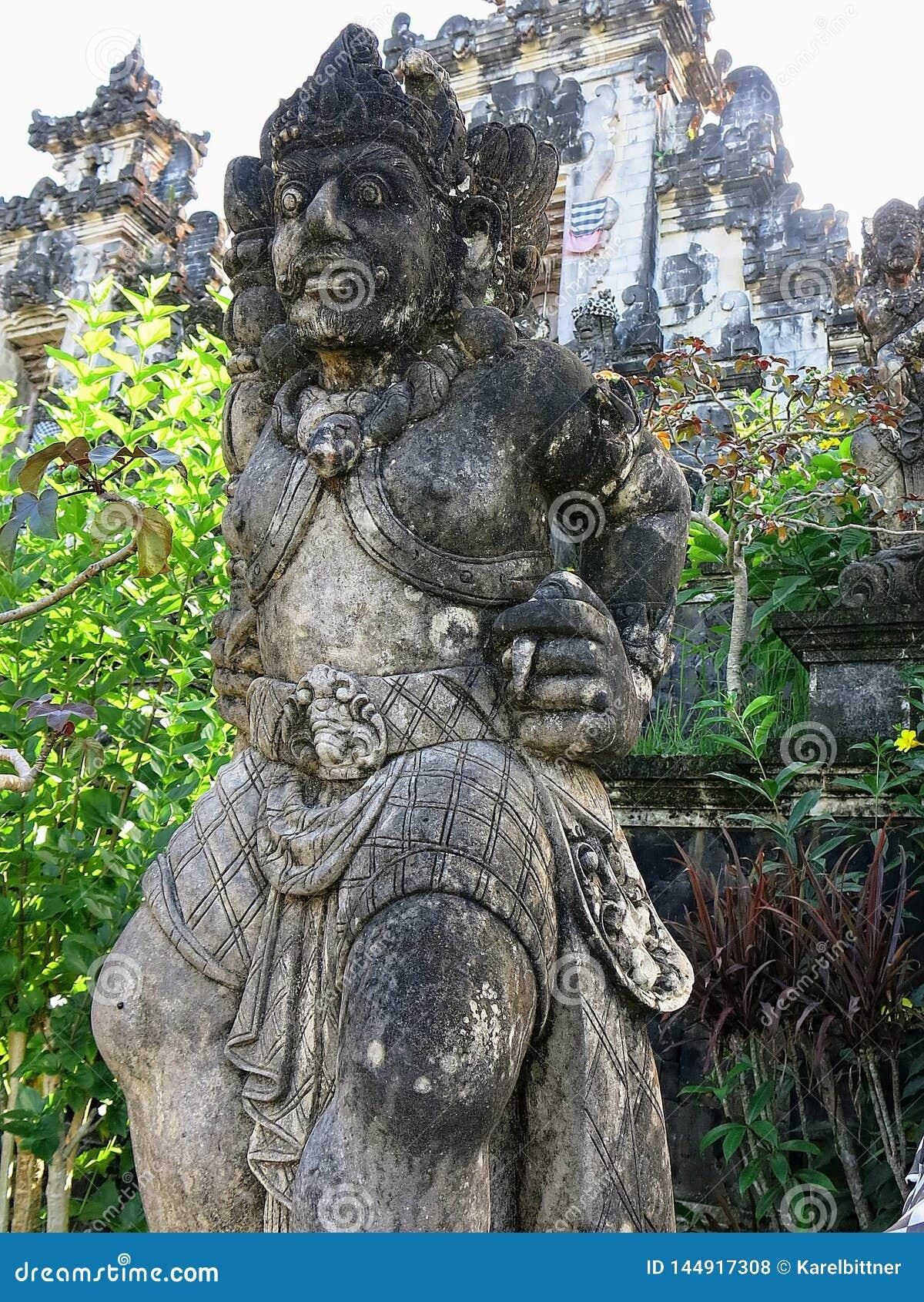 Statua al tempio di Besakih sull isola di Bali