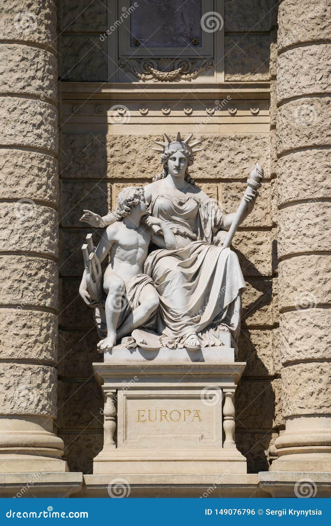 Statua allegorica del continente Europa, facciata del museo di storia naturale, Vienna, Austria