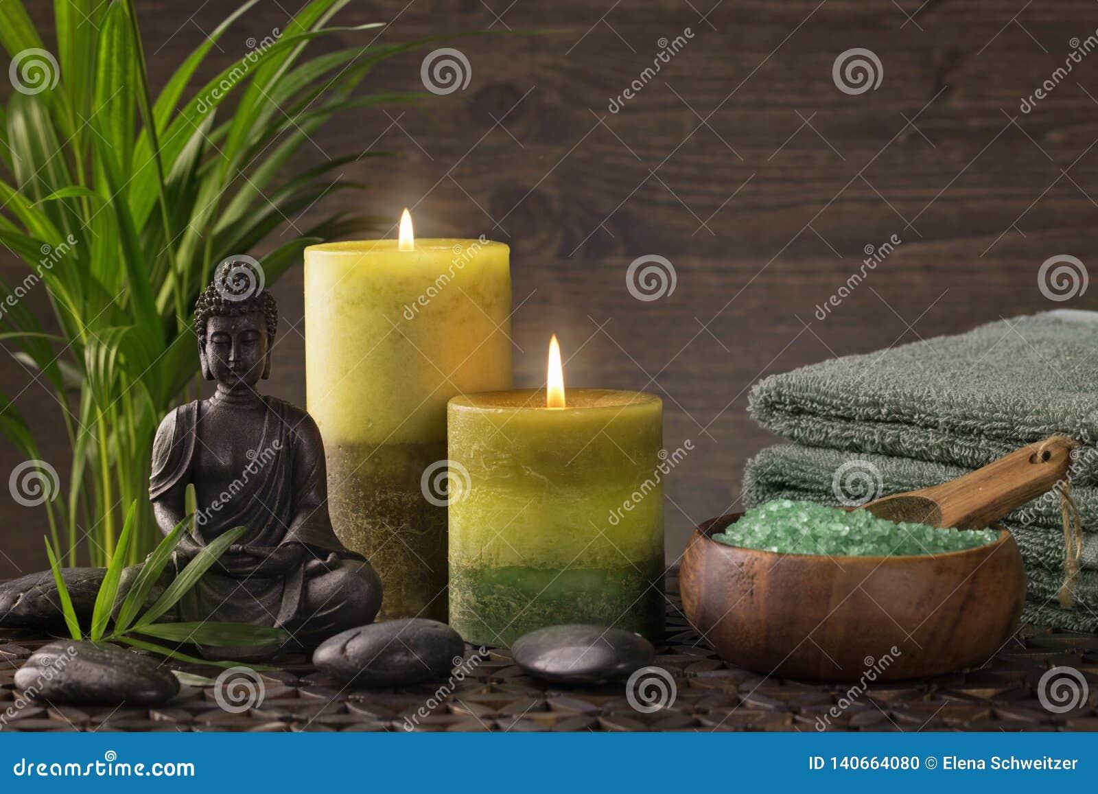 Statua, asciugamani e candele di Buddha
