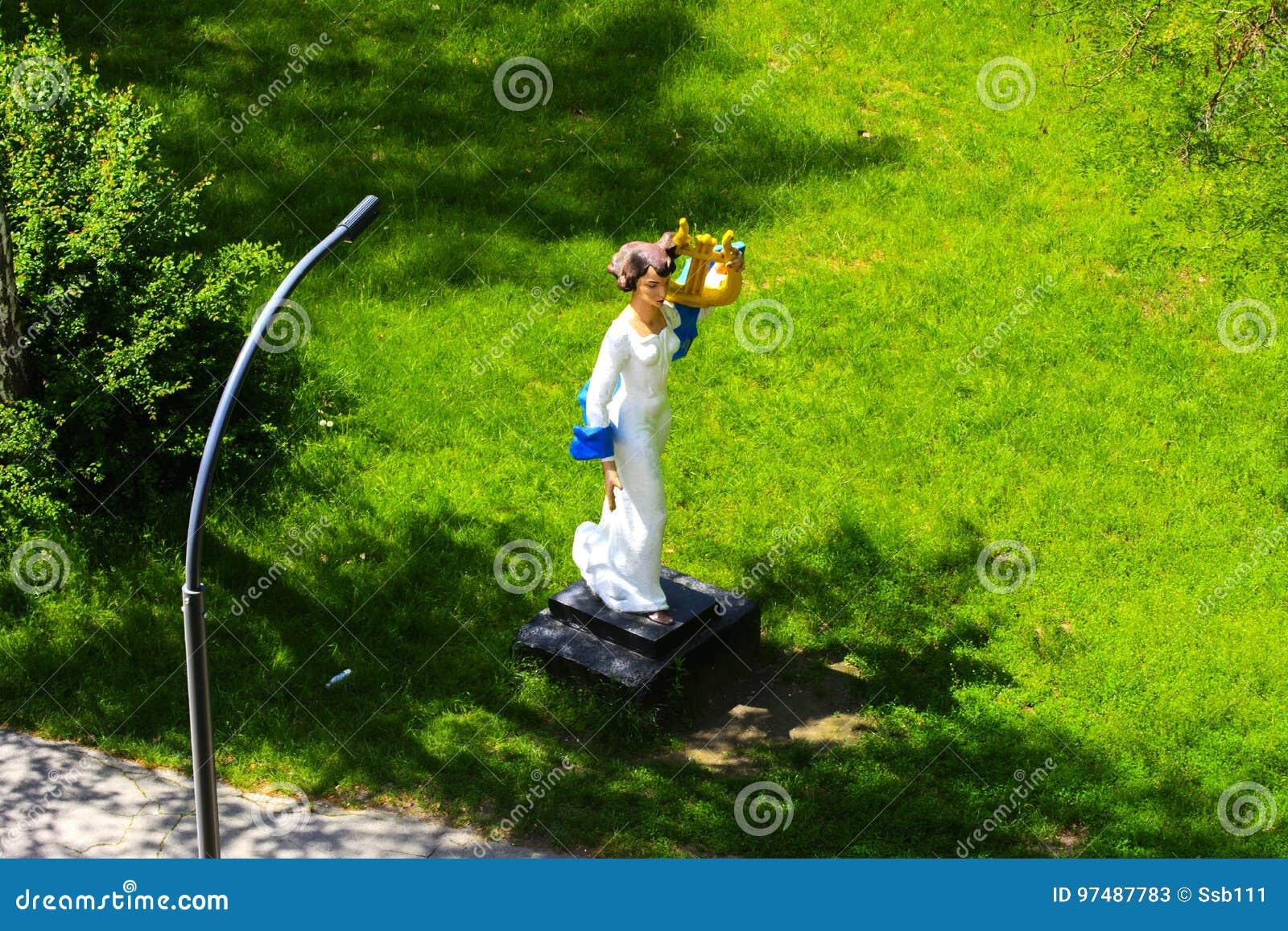 Statua bianca che sta nel parco della città