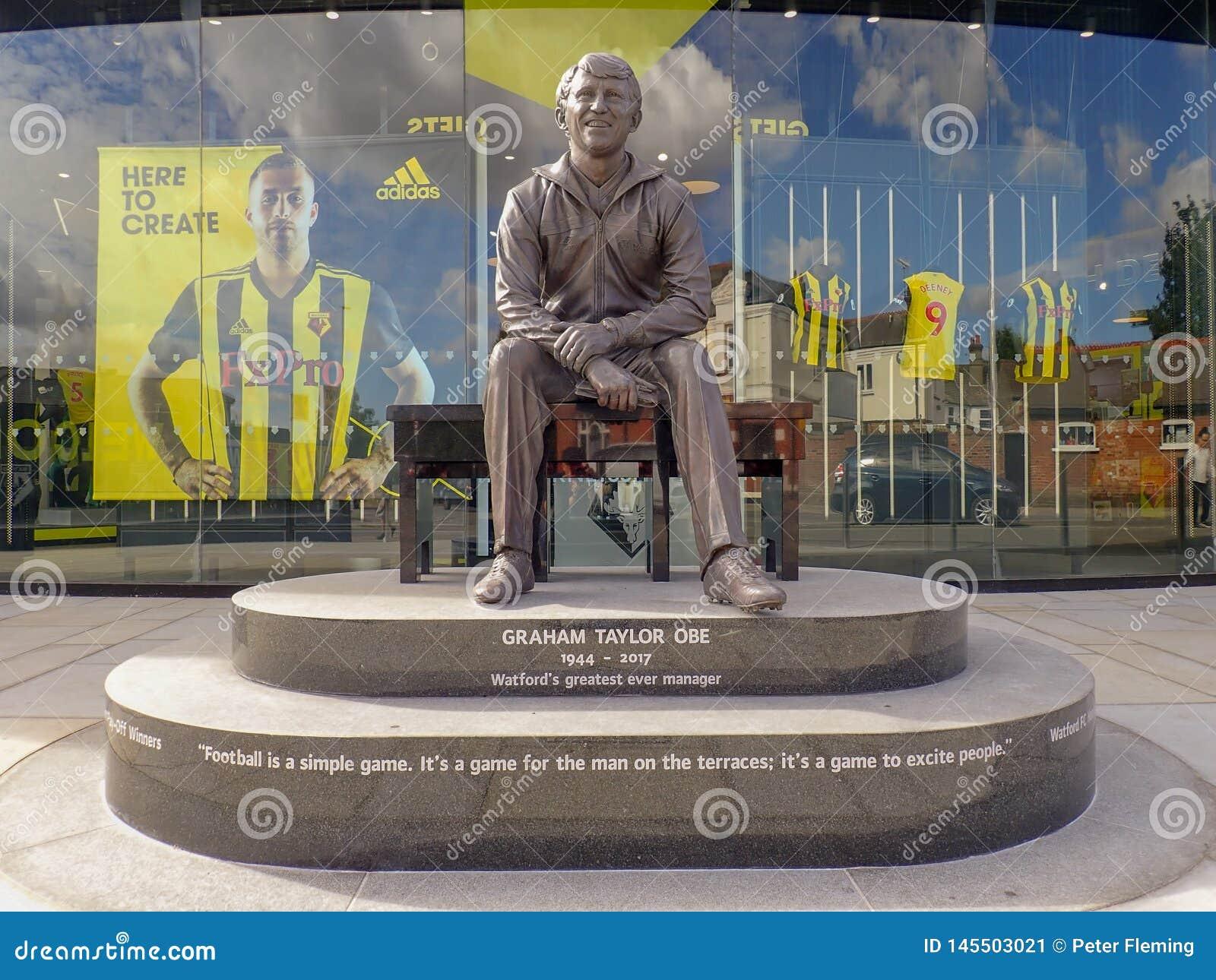 Statua commemorativa di Graham Taylor OBE, ex responsabile del club di calcio di Watford, stadio della strada della casa del vica
