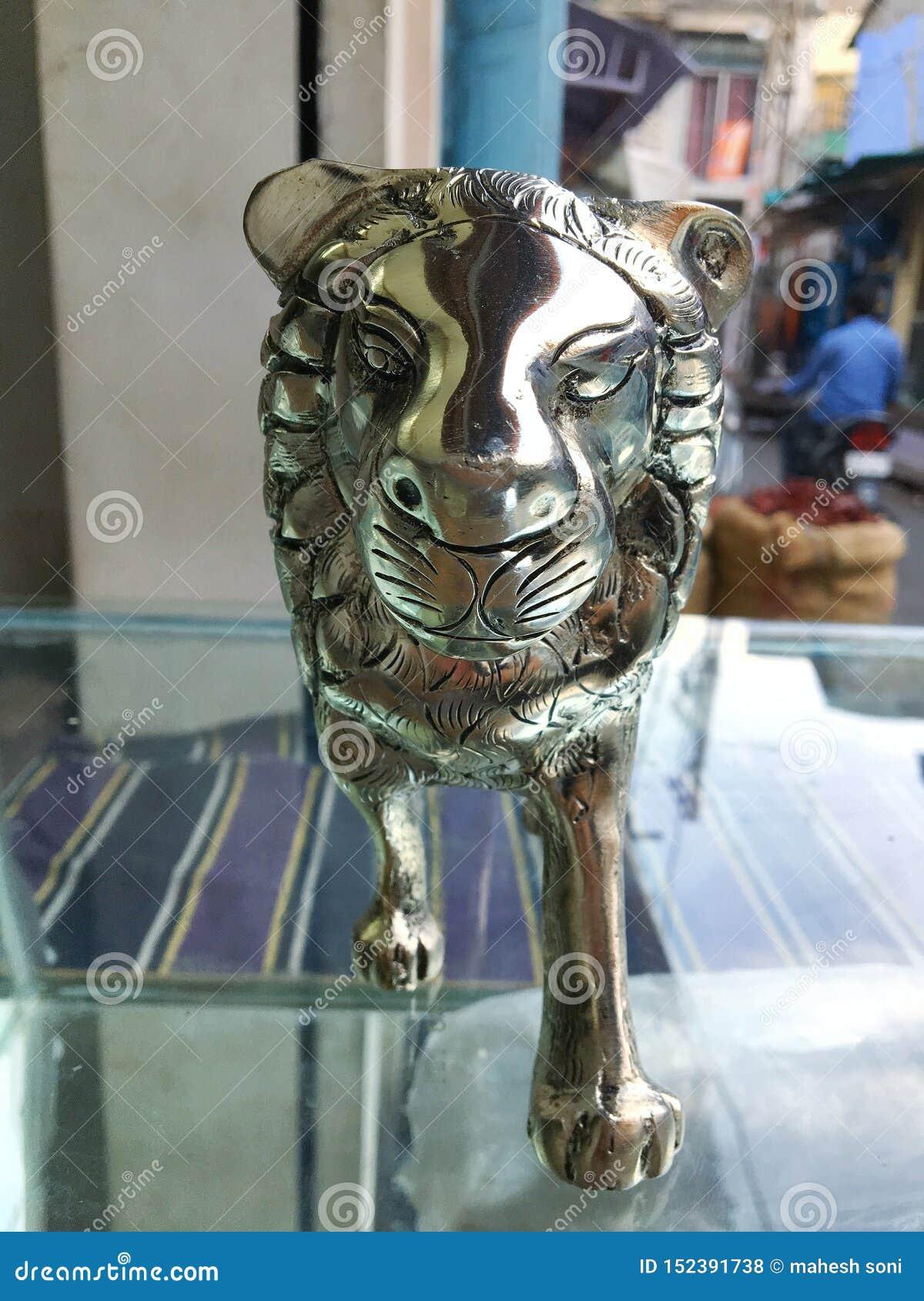 Statua d argento del leone