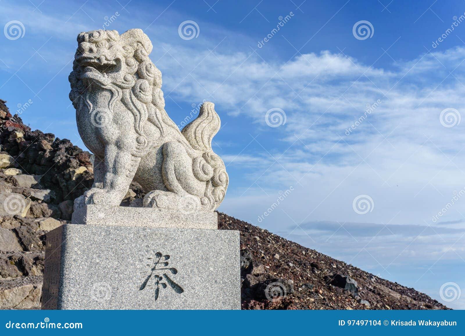 Statua del guardiano del leone-cane di Komainu del santuario shintoista di Kusushi sul