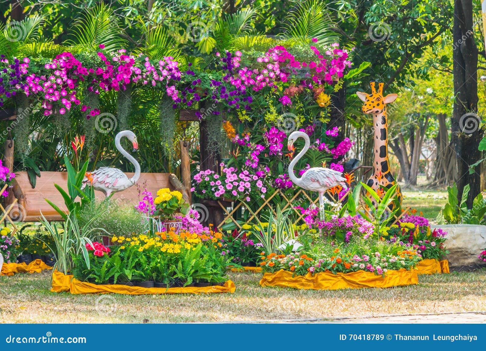 Statua dell 39 uccello del fenicottero in giardino floreale for Fenicottero decorativo giardino