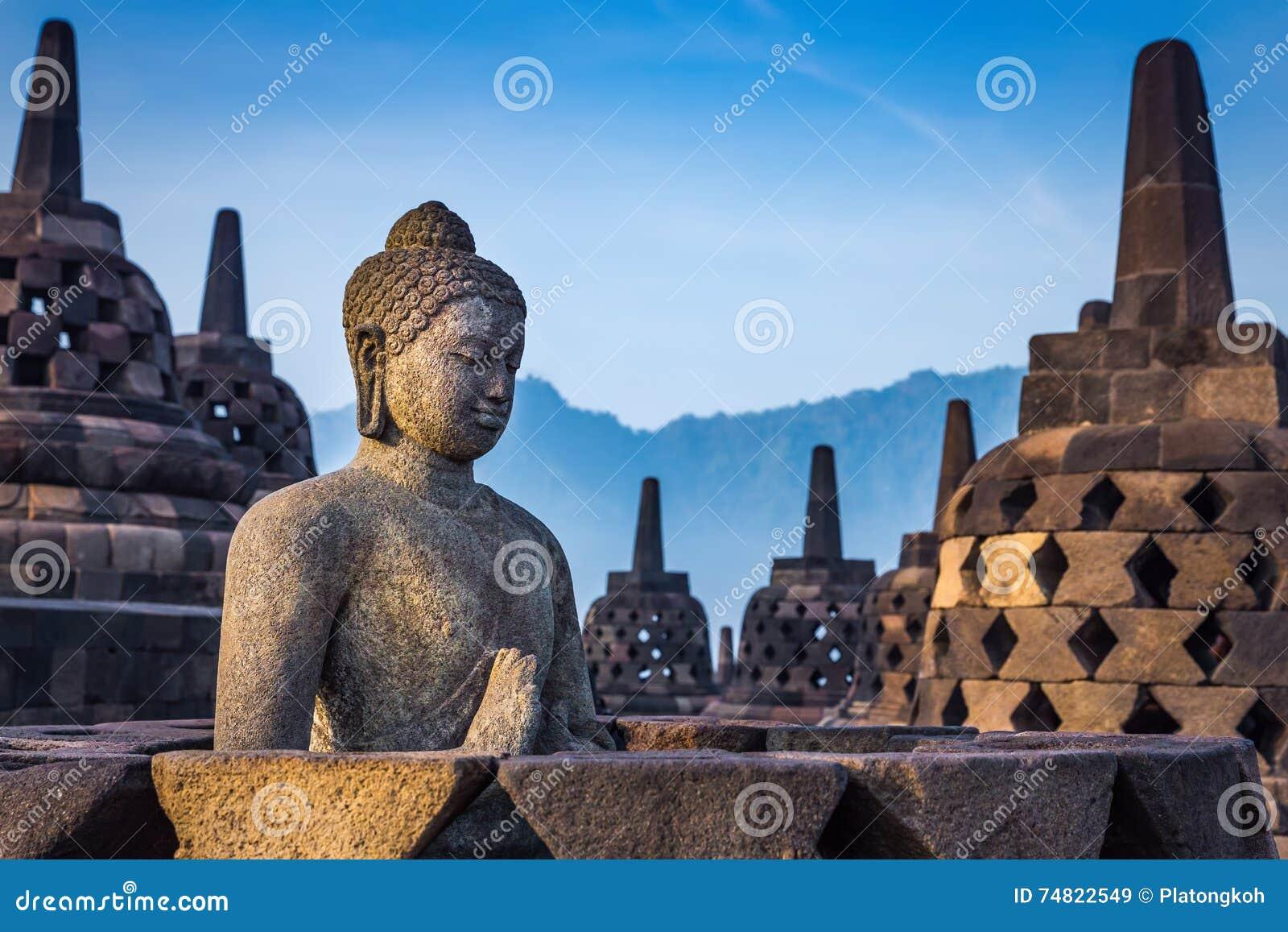 Statua di Buddha in tempio di Borobudur, Indonesia