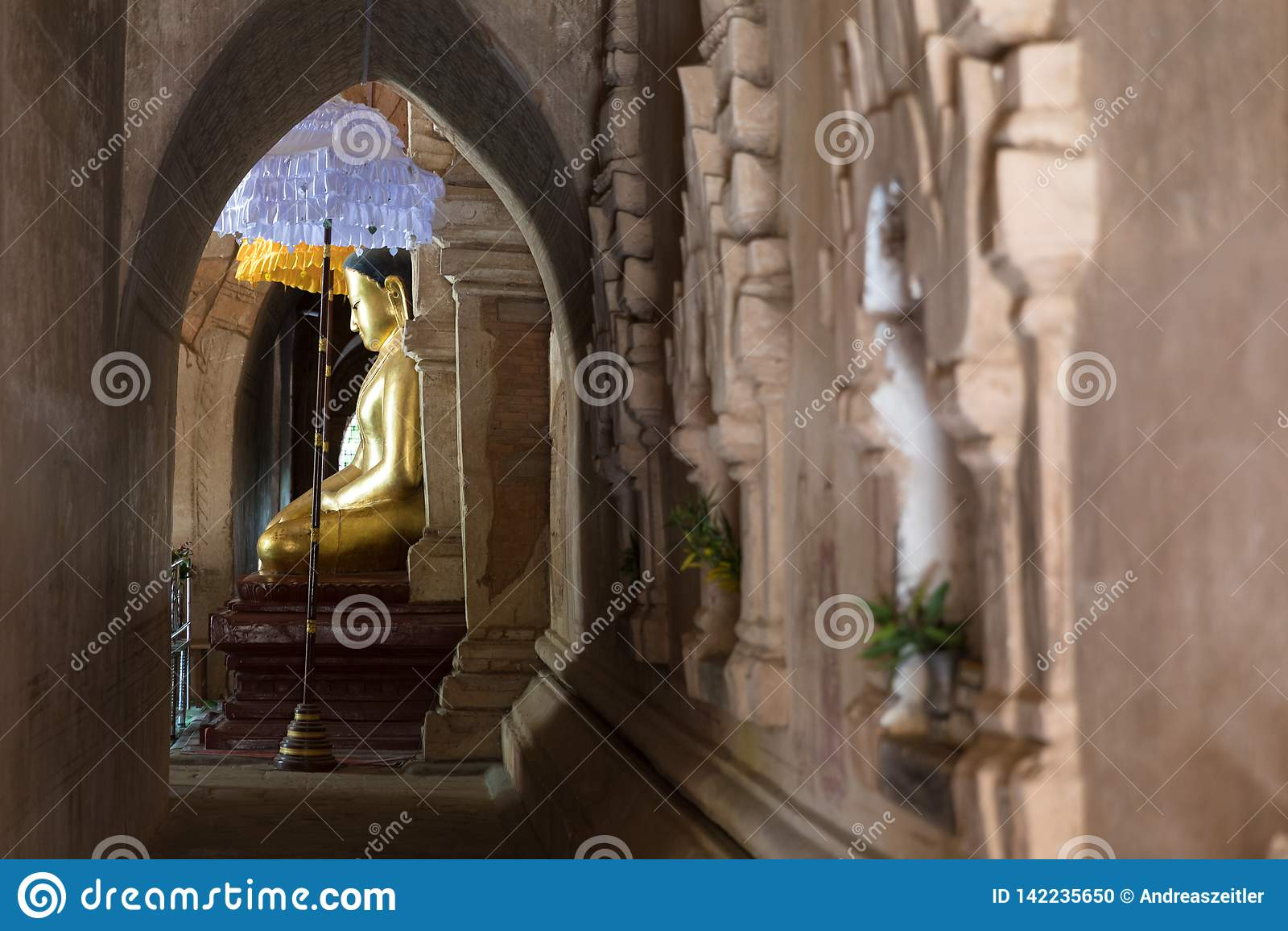 Statua di Buddha in un tempio antico in Bagan, Myanmar (Birmania