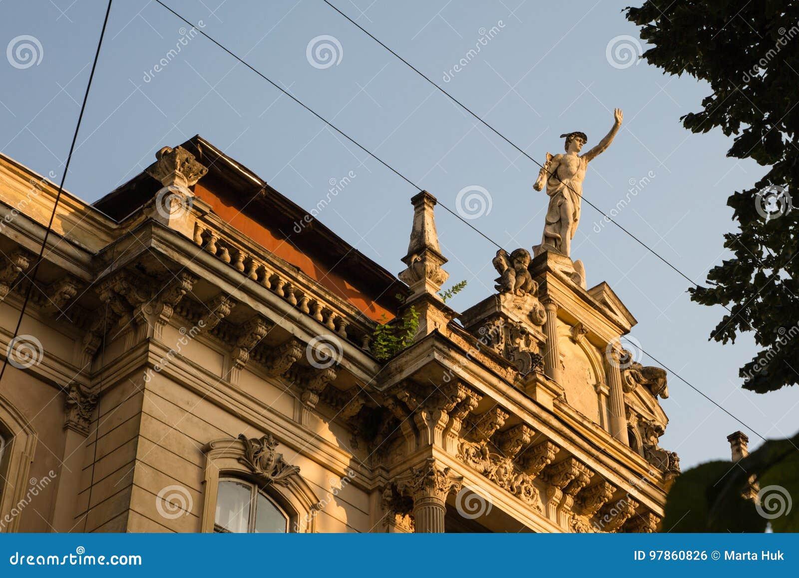 Statua di Mercury - un dio romano importante che sta su una facciata della costruzione