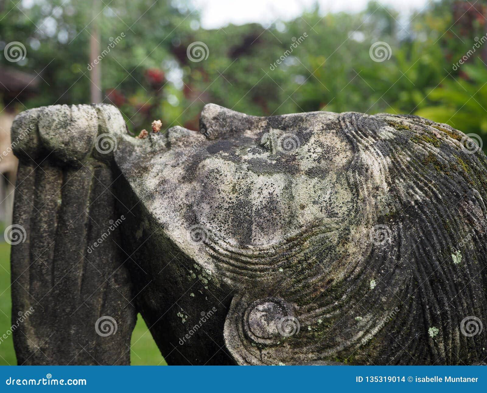 Statua di una donna che prega in un giardino, Bali, Indonesia