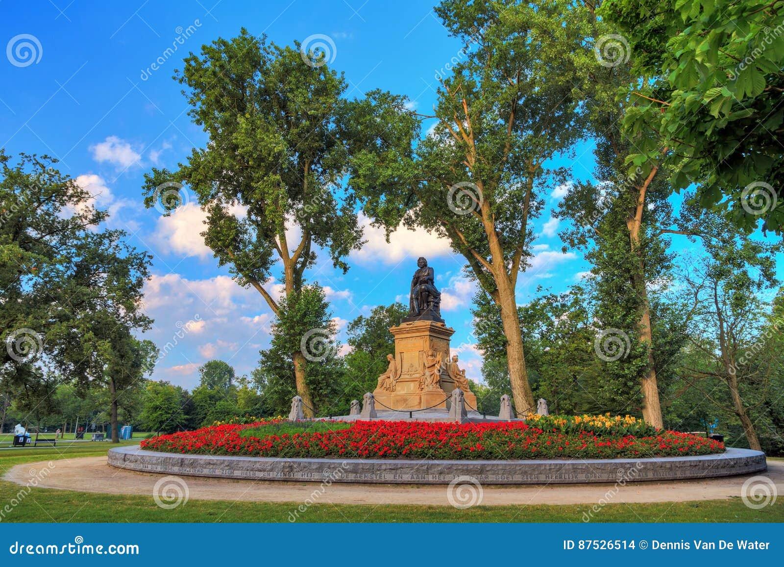 Statua di Vondel in primavera
