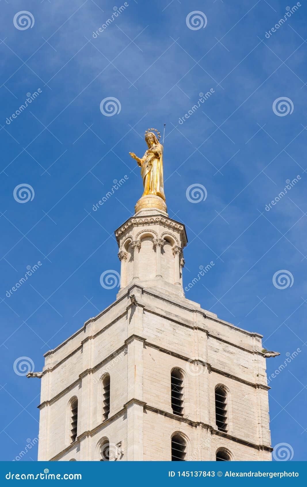 Statua dorata sulla guglia della chiesa, Avignone, Francia