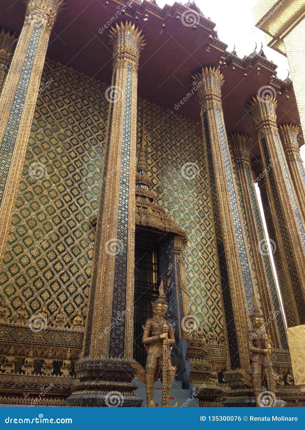 Statua dorata a Wat Phra Kaew a Bangkok