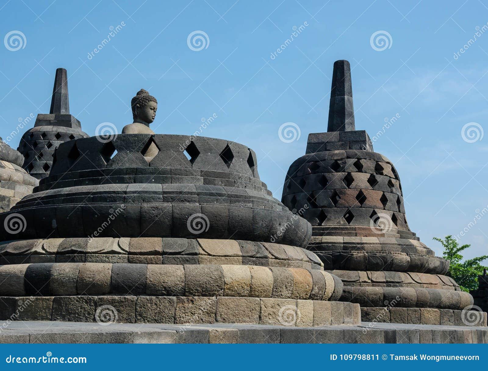 Statua e stupa antichi di Buddha al tempio di Borobudur in Yogyakart