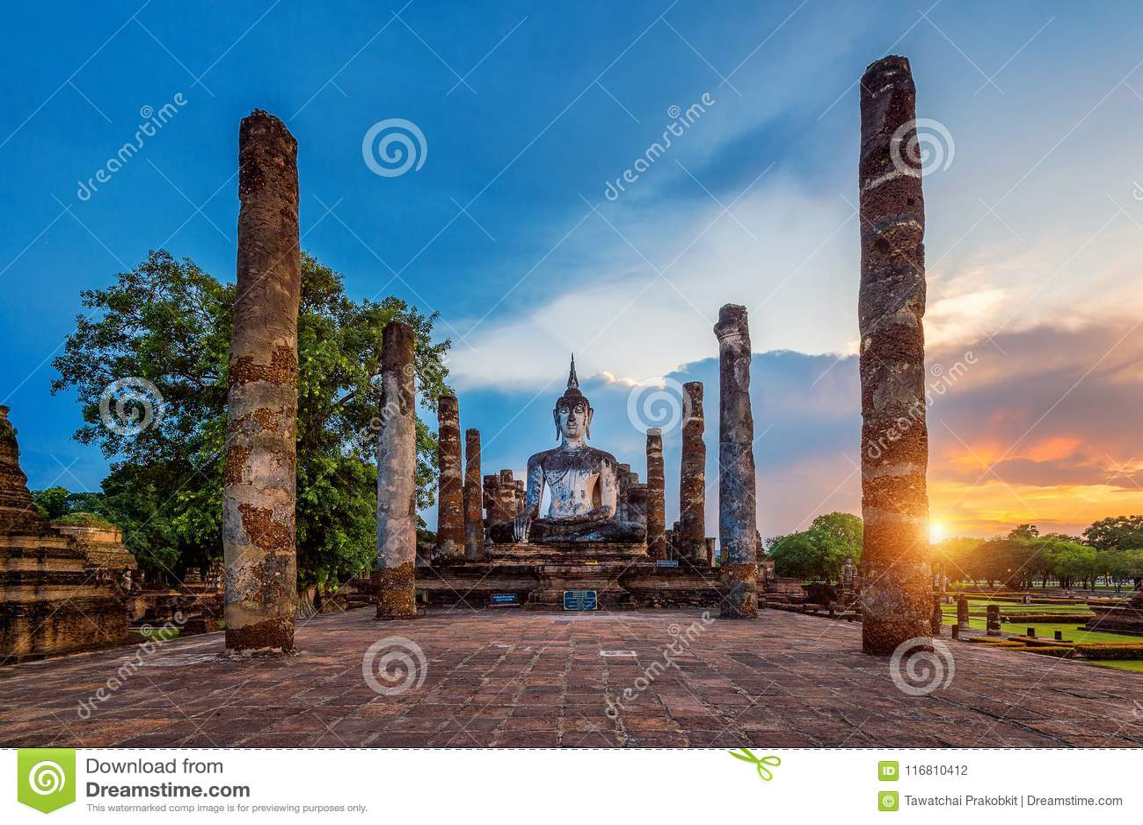Statua e Wat Mahathat Temple di Buddha nel recinto del parco storico di Sukhothai