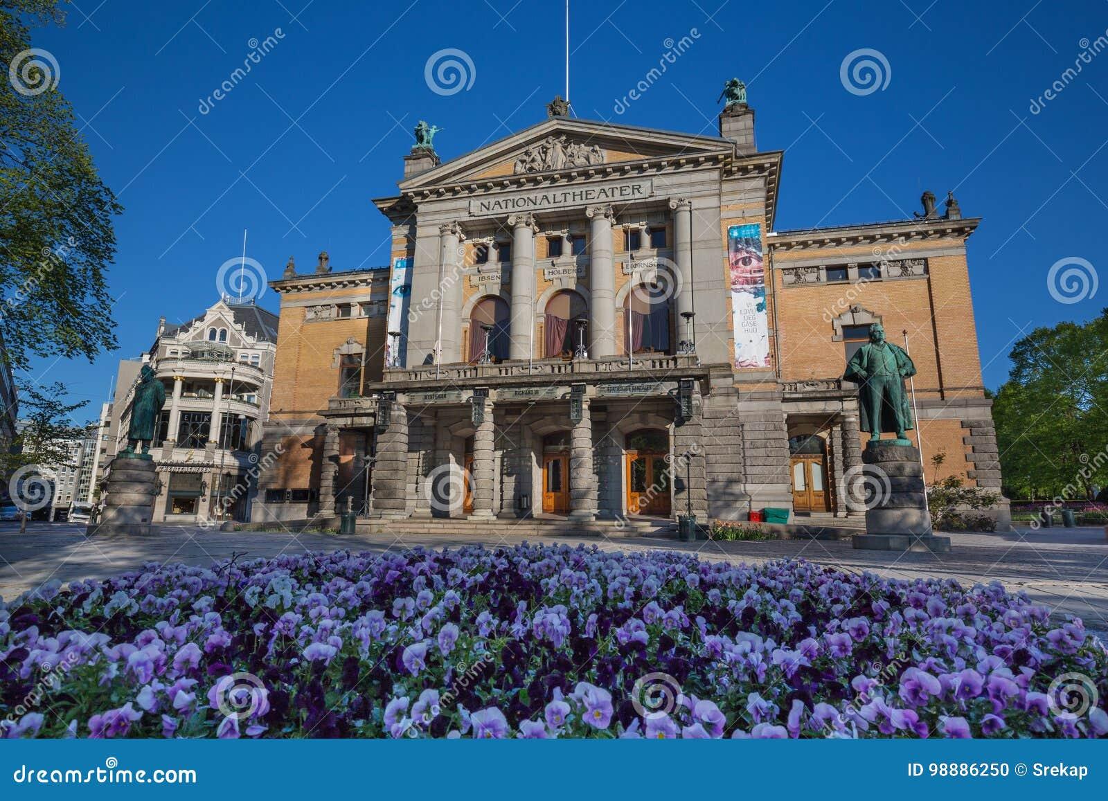 Statua Henrik Ibsen przy teatrem narodowym Nationaltheatret w Oslo